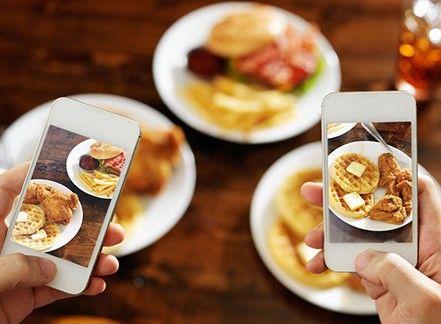 A tavola con lo smartphone